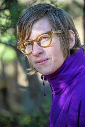 Johanna Mörtberg är frilansjournalist och nybliven skogsägare. I fjärde och sista delen av Skogsägarskolan förbereder hon sig för sin första skogsdeklaration.