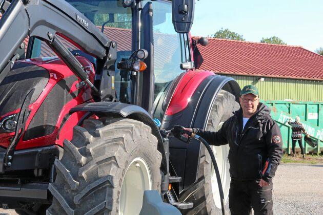 På Menhammar gård byts den fossila dieseln mot biobränslet HVO. Det är en del av gårdens satsning mot fossilfritt lantbruk.