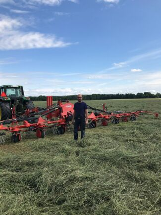 - De sa att de skulle komma regn, men nu ser det ut att komma noll milimeter på tio dygn, säger foderproducenten Thomas Nilsson på Tolerup Hästfoder och Maskin i Kil.