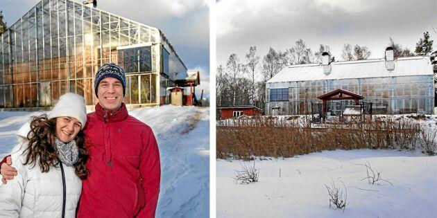 Rosmary och Anders Solvarm framför sitt unika hus i Brålanda i Dalsland. De har tagit emot mängder av intresserade besökare genom åren.
