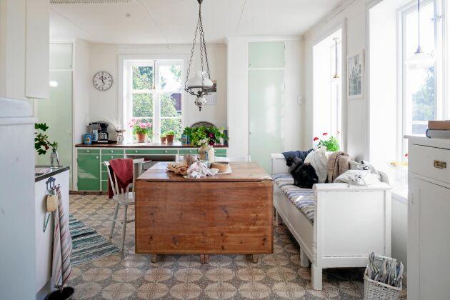 Köket har paret bevarat. Köksbordet fanns på övervåningen, vilket de enbart har såptorkat av.