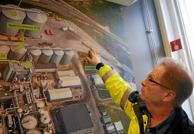 Lantmännens Bo Hellstedt visar hur anläggningen fungerar.