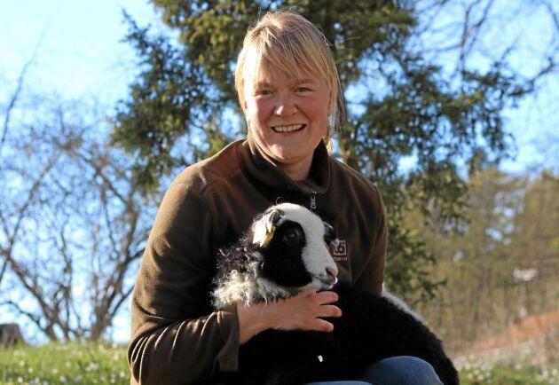 Saga Planting Svensson driver Österby gård tillsammans med sin man Kristian Svensson. På gården finns bland annat 27 tackor plus lamm.