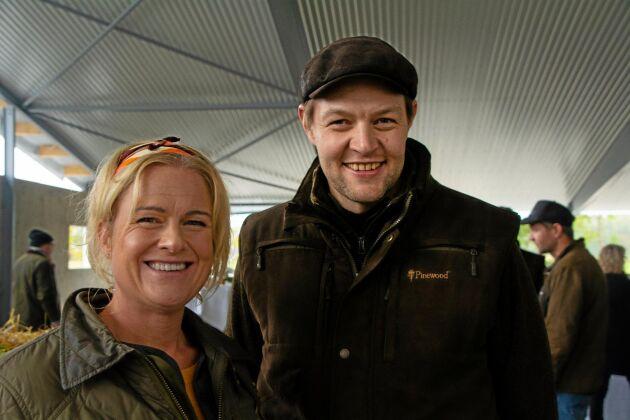 Halla gård i Edsvära blir den första att komma med i det som HK Scan kallar för Gårdsinitiativet. Scans VD Sofia Hyléen Toresson och grisuppfödaren Anders Gunnarsson har arbetat med planerna i över två år.