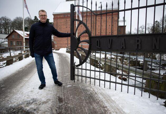 Berte Qvarn har legat vid Suseån i minst 450 år. Vd Fredrik Nilsson öppnar grindarna för havre.