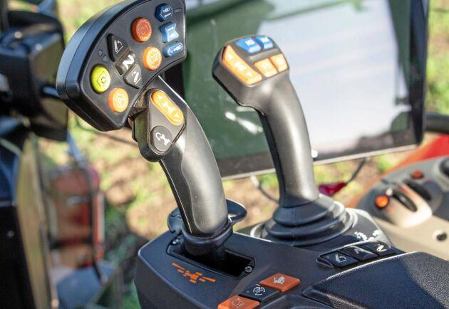Multifunktionsspak för manövrering av transmission och trepunktslyft. Joysticken manövrerar de mittmonterade hydraulventilerna men kan också ställas om för att manövrera två bakre ventiler.