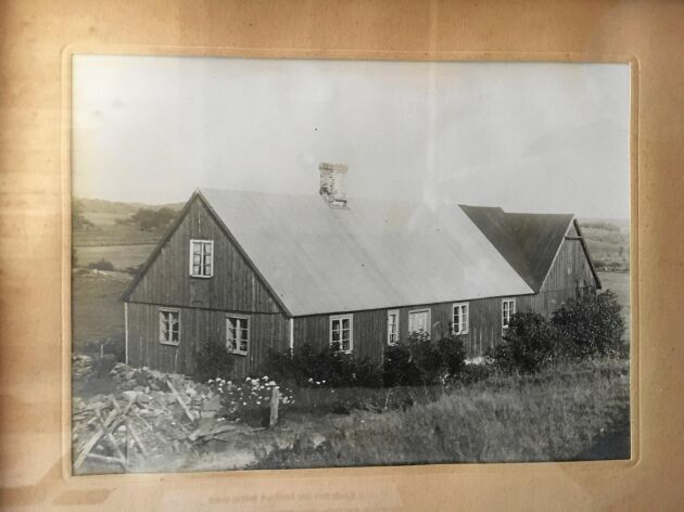 Helenas mammas barndomshem inne i skogen, som det i dag bara finns stengrunden finns kvar av. Efter morfaderns plötsliga bortgång 1955 tog den nya ägaren bort plåttakert och huset vittrade snabbt bort.