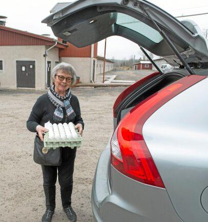 Kristina Waldenlöv brukar stanna till och handla ägg när hon passerar Stjernsunds gård strax söder om Askersund.
