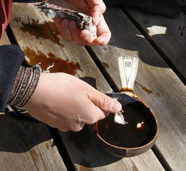 När Sofie dricker kaffe vill hon gärna doppa torkat renkött i koppen.