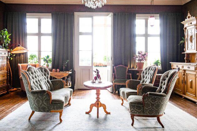 Ljuset flödar in från de tre stora fönstren i en av salarna.