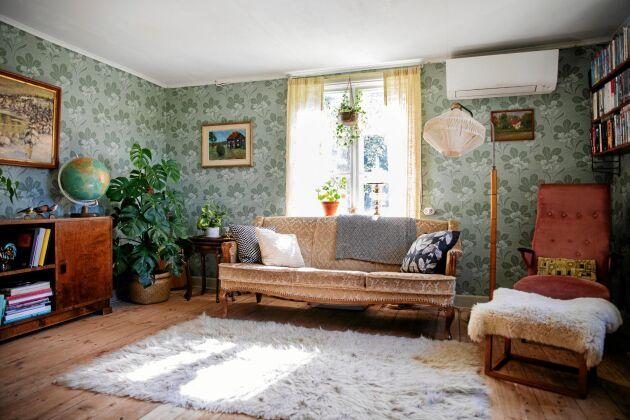 Tapeten i vardagsrummet är ett nytryck av en förlaga som hittades i kyrkstugor i lappländska Vilhelmina.