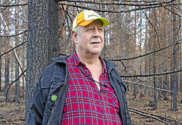 """Stefan Jonsson i den brandhärjade skogen. """"Vi är glada för att elden inte spred sig mer, det kunde gått mycket värre"""", säger han."""
