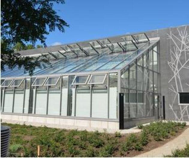 I biotronen, Sveriges modernaste forskningsanläggning, kan forskarna göra klimatkontrollerade växtexperiment.