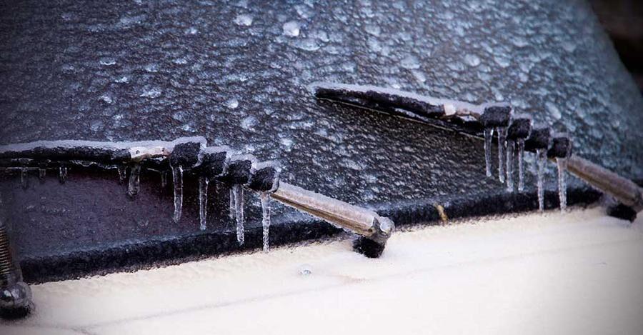 Spolarvätska som innehåller etanol kan smälta isen, men bara om rätt förberedelser gjorts.