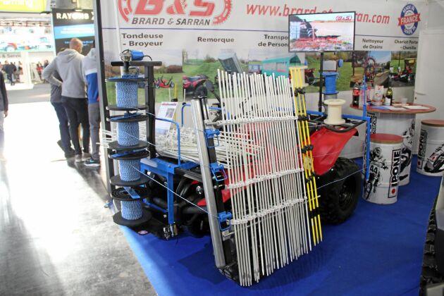 Terränghjulsutrustningen för uppsättning av vildsvinsstaket.