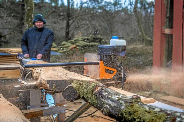 Tobias Eklind har ett litet sågverk i Nol och lägger upp filmer på sågandet på Youtube.