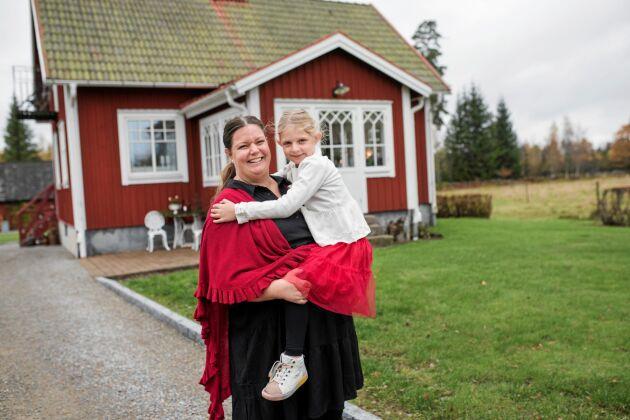 Bodil Johannesson och dottern Linnea är så glada att det äntligen är adventstider.