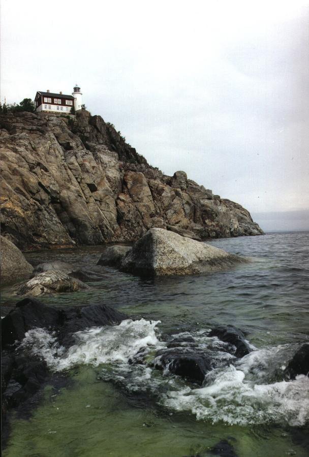 Högbonden tronar högt upp på sin ö. Hit tar du dig med färja eller egen båt.