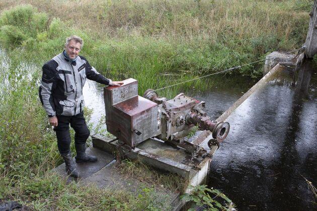 En klurig bysmed tillverkade de sex dammluckorna till Storkanalen 1968 av plåtar från förlista fartyg. Genom att koppla en hydraulmotor på en traktor öppnas och stängs luckan via traktorbakdelen som är monterad på dammluckans mekanik.