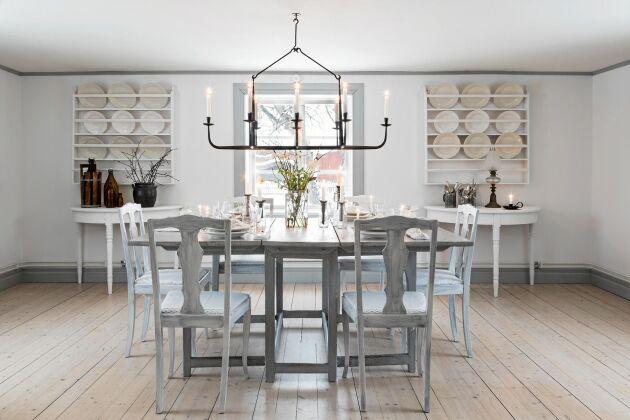 I matsalen har de breda golvplankorna tagits fram och slipats. Väggarna med gammeldags tallrikshyllor är målade i ljusa färger. Slagbordet är från 1700-talet.