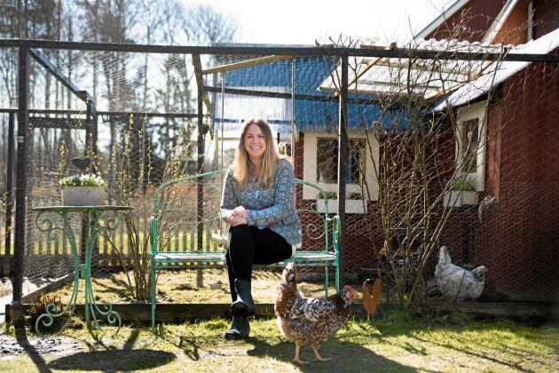 """Camilla har alltid sällskap i trädgården eftersom hennes """"tjejer"""" älskar att sola under sommarhalvåret. Bjuds det på fika är de genast där och tigger en bulle eller en chokladbit."""