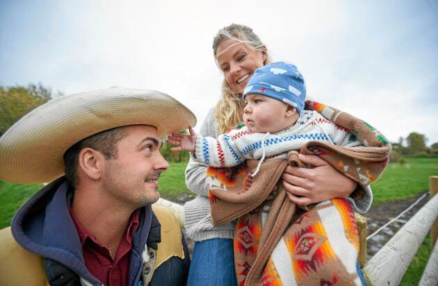 Lille John tittar intresserat på pappas cowboyhatt. Både Moreno och Emelie är skickliga westernryttare.