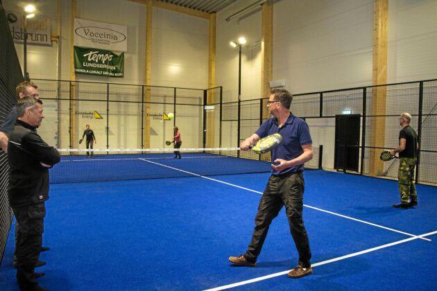 Efter byggstart i höstas blev padelhallen i Lundsbrunn i mitten av maj klar för spel. Timmarna kostar 240–400 kronor och bokning, betalning samt upplåsning sker med hjälp av en app i telefonen.
