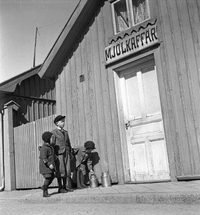 Kunderna tog med sina egna kärl och flaskor för att köpa till exempel mjölk i lösvikt. Bilden ur ett reportage från Hjo. (1942)