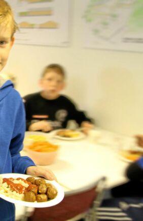 DAG 3 VID BLOCKAD. I skolor serveras rester, mejeriprodukterna är slut och brist på drivmedel.