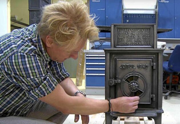 Ordentligt med luft, ingen pyreldning, Energiforskaren Morten Seljeskog visar hur en antik kamin ska eldas. Foto: SINTEF/Youtube,