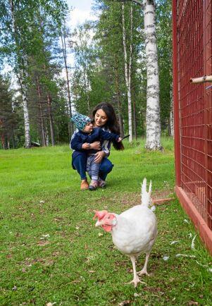 Gården i Landsfors krävde mycket renovering och är i dag en lantlig oas. Här är Nicole med sonen Valter vid hönshuset.