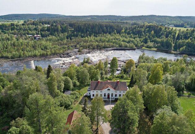 James Dickson & Co köpte sågen i Baggböle 1838 och 1846 stod herrgården klar som förvaltarbostad. Timret flottades ned längst Umeälven, som längst 24 mil, vilket kunde ta upp till tre år.