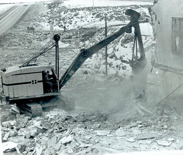 Ingemar Blomfeldt i Stams Åkeris Ruston-Bucyrus RB30. Här med ett djupgrävningsaggregat som klarade cirka 10 meter. Platsen är Ullåkers sjukhus i Uppsala som revs med hjälp av maskinen.