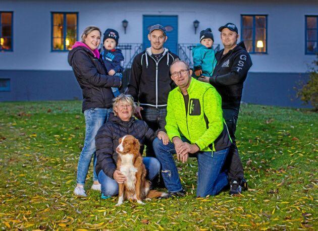 Familjen Olofsson i Kräklingbo. Längst fram Annika och Stefan Olofsson med hunden Selma. Från vänster syskonen Amanda med sonen Albin, Fredrik och Anton med sonen Colin.