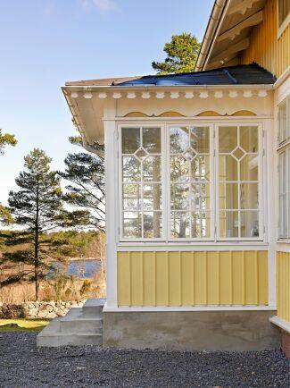 Maria och Fredrik lät bygga om glasverandan i gammal stil, och är i dag en av deras favoritplatser med havsutsikt och där vårsolen värmen skönt.