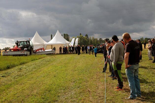 Maskindemonstrationen vid Öjeby lantbruksmässa lockade mycket intresse.