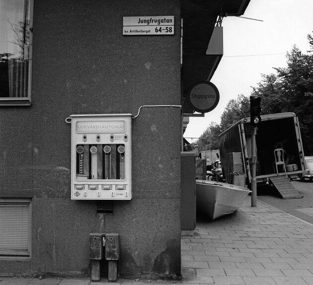 På undanskymda platser runt om i landet satt de eftertraktade kådisautomaterna. En välsignelse för många, en fasa för få.