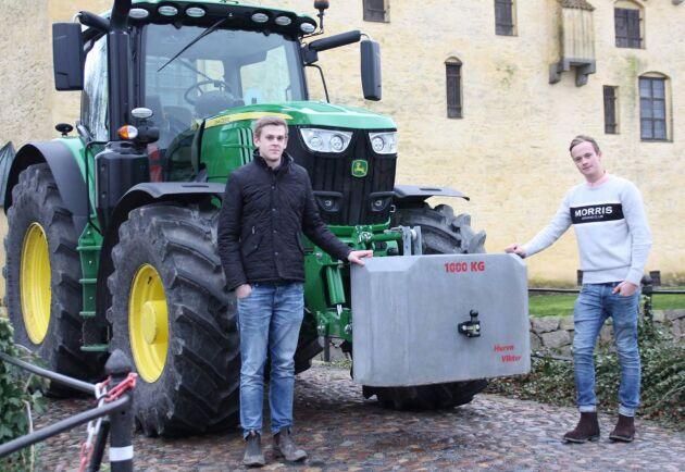Albin Persson och David Cederström, som går på Bollerups Naturbruksgymnasium, gör egna frontvikter i betong, som de säljer för en tredjedel av etablerade företags priser.