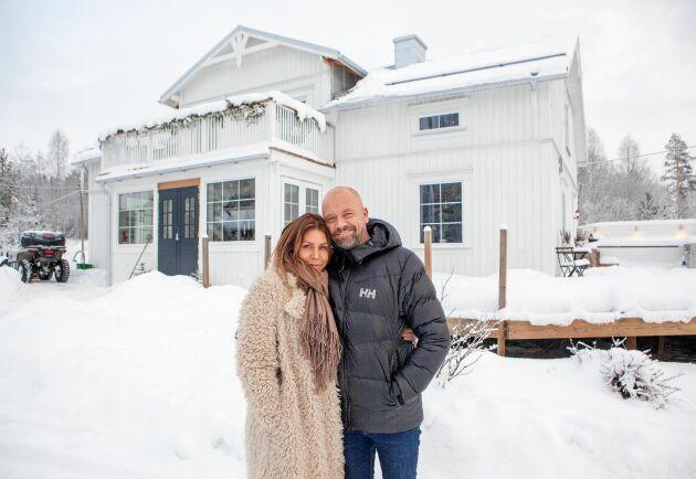 Elin Malmsten och Fredrik Hallstensson framför sitt fint renoverade boningshus Pinkebogården i Medelpad.