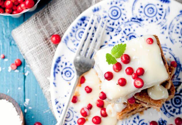 Garnera kakan med lingon eller tranbär så blir den extra oemotståndlig.