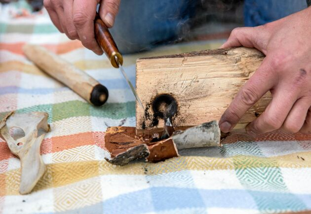 Näver är ett av de allra bästa materialen att använda som tände, anser Jonas Landolsi. Det är fukttåligt, tar lätt eld och brinner relativt länge.