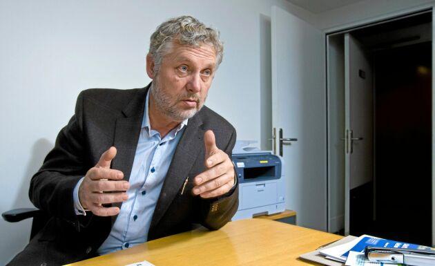 Bostadsminister Peter Eriksson (mp) är engagerad i arbetet för att effektivisera Lantmäteriet. Och en ny lantmäteriutbildning ska starta i Uppsala 2018 för att lösa bristen. Men mer pengar till myndigheten blir det inte.