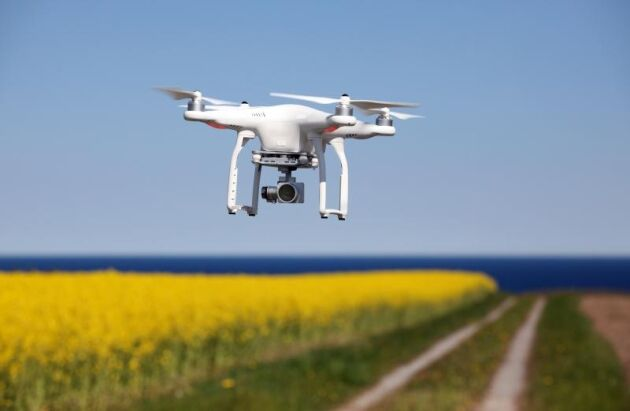 Det ska inte krävas tillstånd att flyga drönare med kameror för privat eller kommersiellt bruk föreslår regeringen.