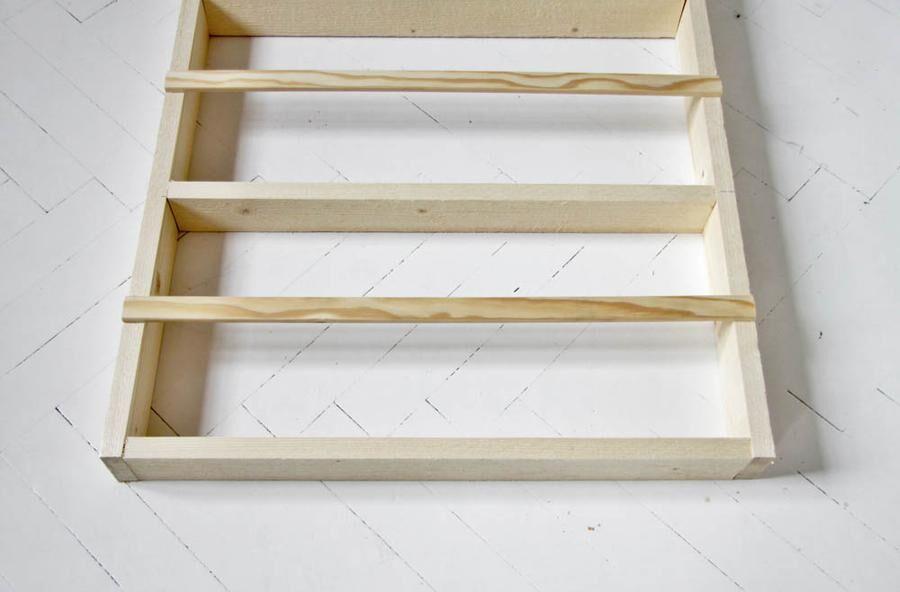 Land.se beskriver hur du kan snickra en egen tallrikshylla.