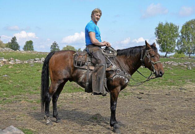 En svensk cowboy, Tommy Arvidsson på tolvåriga quarterhästen Slim.