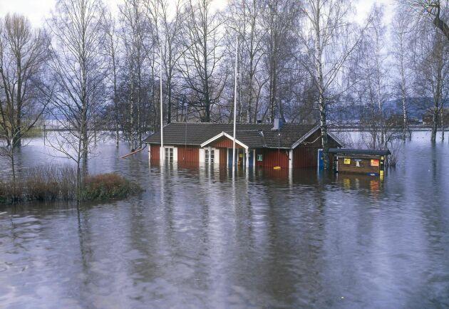 Sverige väntar med bävan på vårfloden. Bilden är från Arvika år 2000.