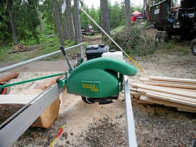En femtandad klinga som kan slipas på plats sköter sågningen.