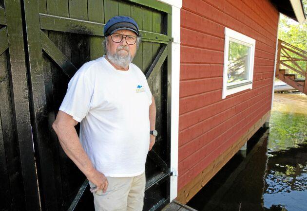 ARG OCH NEDSTÄMD. Eftersom Roland Karlsson har åtta hus på fastigheten skulle anslutningen till det sjöledningsnät som kommunen planerar kosta honom närmare 1 miljon kronor. En konsultfirma som de protesterande fastighetsägarna anlitat hävdar att lokala lösningar kan sänka kostnaderna till en tredjedel.