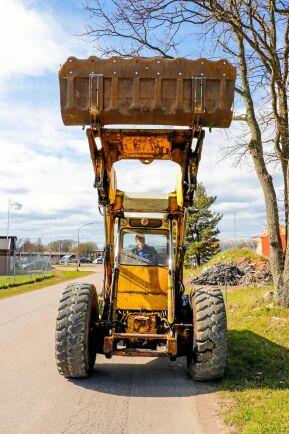 Lastaggregatet har samma princip som ett höjdgrävaraggregat. Den lastar högt.