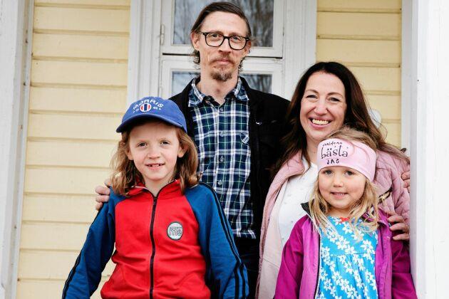 Familjen Höglund, Christian, Tove och barnen Morris och Esmeralda trivs med sitt liv på i Hälsingland.